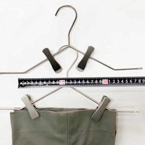 クリップの移動可能範囲 パターン2 横棒の水平部分だけでなく、傾斜した部分にもクリップを移動させ使用することが可能です。 スラックスなどの裾を掴むのに重宝します。