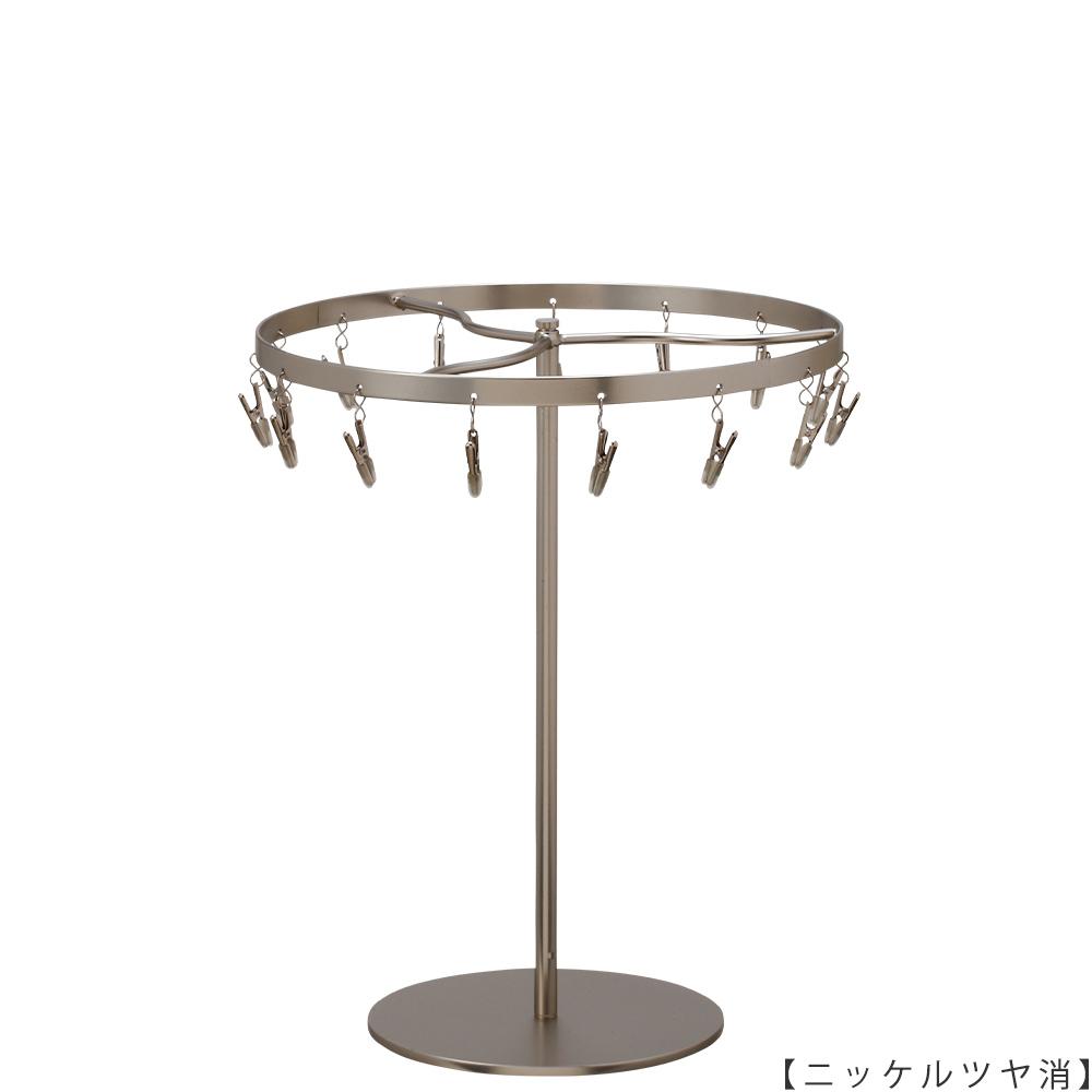 ●商品名:チーフ・ハンカチスタンド 回転式  ●表面処理:ニッケルツヤ消し(NI-M)仕上 ●寸法:高さ300mm 上部回転リング直径240mm  ●上部回転式リング:クリップ15個付   ●材質:スチール ●特長:百貨店様では棚板高さのスパンが30cm強の設定が多いと教えてもらい、 では「高さ30cmのスペースにフィットするチーフツリーを作ろう」ということで高さ30cmのチーフツリーを製造しました。 また、クリップの先端には塩ビのキャップを装着し、展示商品を傷つけにくい仕上がりになっています。 ●生産国:日本(タヤ自社工場)