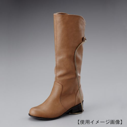 ブーツスタンド片足用 使用イメージ画像/表面処理:アンティークゴールドメッキ(AG)仕上/材質:スチール/デザイン:スタンドが目立たないよう、緩やかな曲線で仕上げました。/画像はブーツをディスプレイした際のイメージ画像です。(画像のブーツは商品に含まれません)/日本製