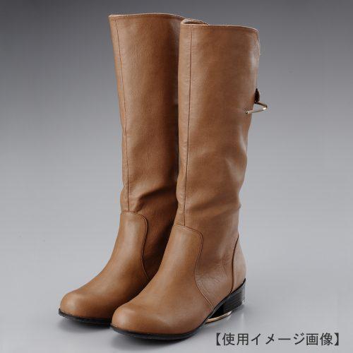 ブーツスタンド両足用 使用イメージ画像/表面処理:アンティークゴールドメッキ(AG)仕上/材質:スチール/ロングブーツを倒れることなくディスプレイ/デザイン:可能な限りスタンドが目立たないようにしました。/画像はブーツを展示した際のイメージ画像です。(画像のブーツは商品に含まれません)/日本製
