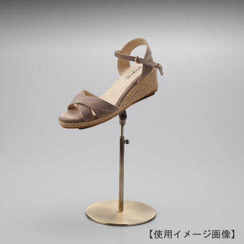 シューズスタンド(片足用)/材質:スチール/デザイン:ヘッド部に靴を乗せると土台の板が靴に隠れ、靴が宙に浮いているかのように作成。/機能:かかと部に角材を溶接付してありますのでスタンドに傾斜をつけても靴が滑り落ちにくい設計。/ディスプレイ:ヘッド部の角度調整が可能。ディスプレイの目的に合った傾斜をつけ、躍動感ある展示をお試しください。/片足用スタンドである理由:両足分の靴をセットで展示しておくと、靴を持って行かれてしまう可能性が高くなるとのお話を聞き、通常品としては片足用のシューズスタンドをご用意しました。/ヘッド:上下可動式/日本製