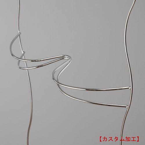 カスタム加工/立体バスト拡大画像/上下2本の形状の異なる線材を組み合わせて溶接付することにより、ディスプレイ時の水着の「美しさ」・「ずれにくさ」のみならず、ハンガー単体としても美しさのあるディスプレイツールに仕上げました。