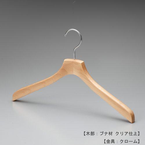 ハンガー正面画像/型番:TY-34/材質 木部:ブナ材 クリア半ツヤ仕上 金具:クロームメッキ(Cr)/レディース・メンズサイズ/トップス用/形状:屈折型/フェイス:平頭/フック:回転式/カジュアル系衣料用のハンガーとして代表的な形状です。屈折型の形と肩先の厚み18mm、この組み合わせが多種多様なトップスと展示数量のご要望にお応えしています。