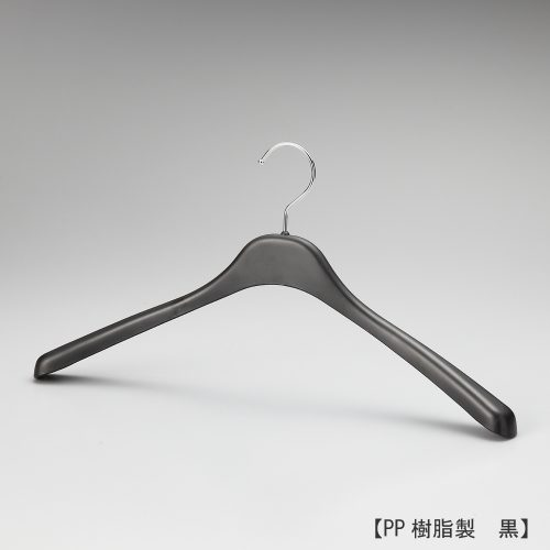 メンズ軽量アウター用ハンガー正面画像/型番:TYHG426/素材 本体:PP樹脂(ポリプロピレン) フック:スチール/緩やかな前肩カーブ、肩先の厚み30mm。メンズ用のカジュアルで軽量なジャケット・ブルゾン・コートなどをかけるのに適した形状。汎用プラスティックの中で最も比重が小さく、水にも浮かぶPP樹脂製。フックはスチール製の為、堅牢性もあります。 /日本製