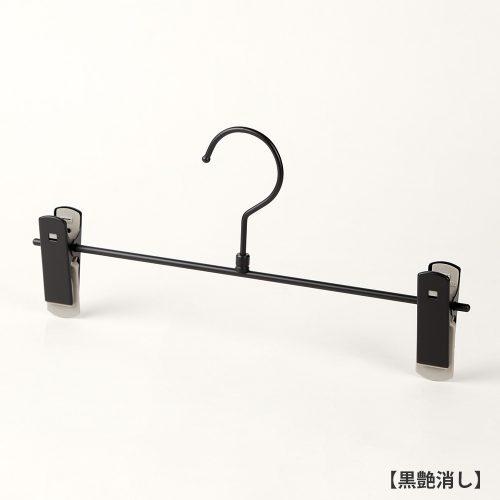 ハンガー正面画像/スカート、パンツ用ボトムハンガー/型番:BS-451R/表面処理:黒艶消し塗装/材質:スチール製/フック:回転式/クリップ:横スライド不可(固定式)/デザイン:シンプルな形状のT字型パンツハンガー/日本製