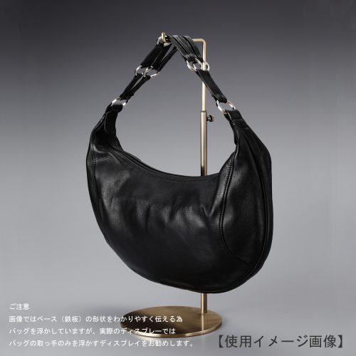 卓上バッグ掛けスタンド使用イメージ画像/バッグスタンドA Lサイズ/表面処理:アンティークゴールドメッキ(AG)仕上/材質:スチール/デザイン:シンプルで汎用性のある形状/画像はバッグを掛けた際のイメージ画像です。(画像のバッグは商品に含まれません)/日本製