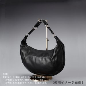 卓上バッグ掛けスタンド使用イメージ画像/バッグスタンドA Mサイズ/表面処理:アンティークゴールドメッキ(AG)仕上/材質:スチール/デザイン:シンプルで汎用性のある形状/画像はバッグを掛けた際のイメージ画像です。(画像のバッグは商品に含まれません)/日本製