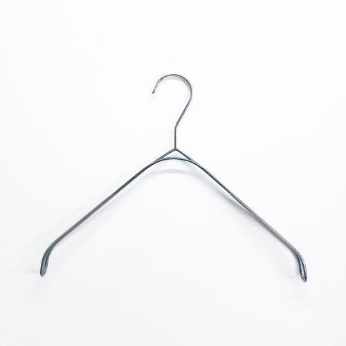 ●スマートハンガーの肩先に傾斜をつけて、なで肩に加工したハンガー。 ●横幅:320mm ●肩先の厚み:20mm ●平肩タイプ ●色:アンティークシルバー ●素材:スチール ●肩先にかけて透明なビニールコーティングをしているため、すべり落ちません。