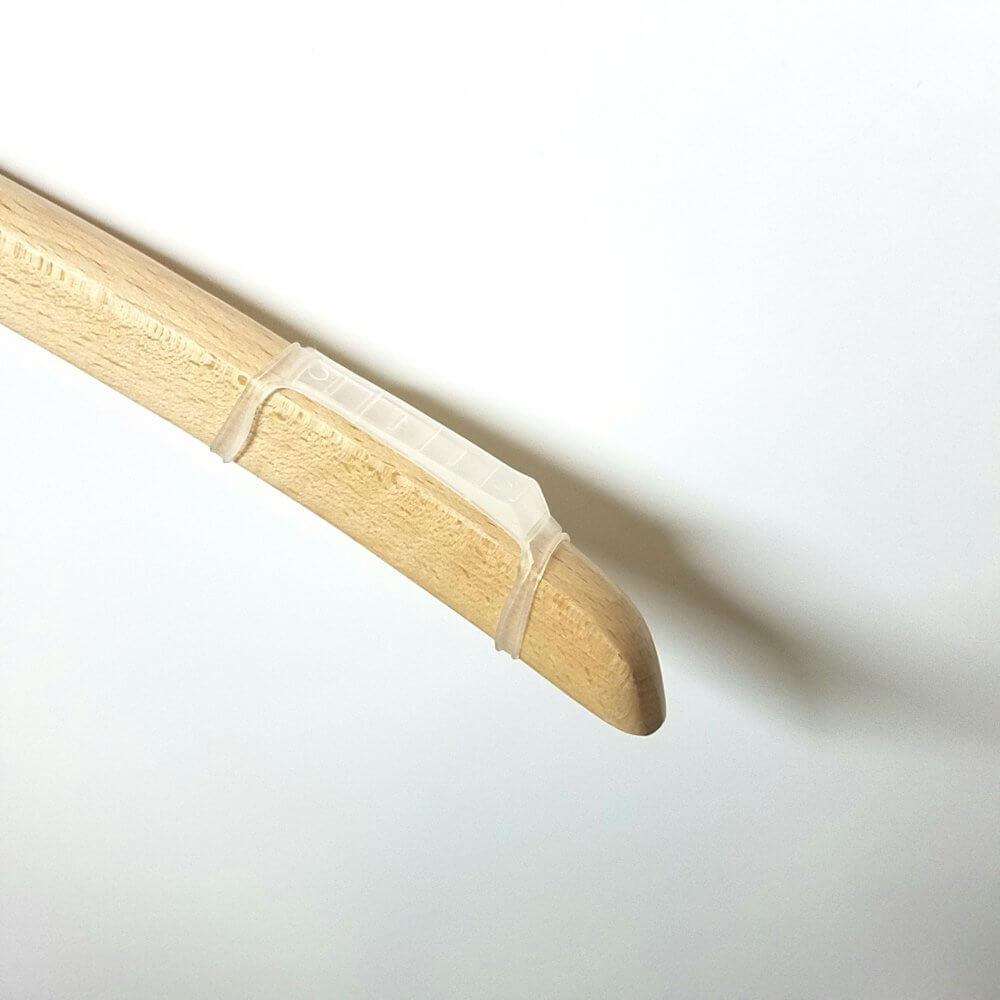 ●滑り止めカバー ・サイズ 全長82mm(輪の部分を含む) 幅10mm(輪の部分を除いた寸法) ・対応応可能寸法 肩厚20mm以下のハンガー ・色 半透明  *注意事項 対応可能寸法外のハンガーやその他の使用方法をしますと、破損の原因となります。  *ご使用に関してのご注意 滑止をハンガーへ取り付ける際、または滑止位置調整を行う際、輪っかの部分をねじらずに取付をおこなってください。ねじれたままずらしますと切れる要因となります。また、過度の力で引っ張りますと切れる要因となりますのでご注意ください。