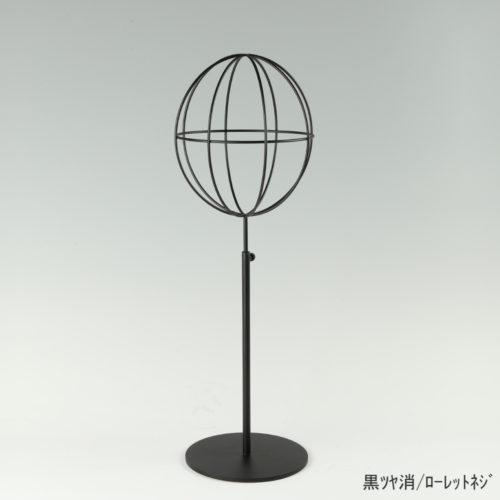 ●商品名:帽子スタンド 球体型-M ローレットネジ仕様 ●表面処理:黒ツヤ消(BK-M)仕上 ●寸法:高さ450~560mm ●ヘッド部:ワイヤー製ラグビーボール型球体ヘッド ●ヘッド:上下可動式(伸縮式) ●材質:スチール ●特長:ワイヤーフレームの抜け感が、シンプルでおしゃれな空間を演出します。 ●生産国:日本(タヤ自社工場)