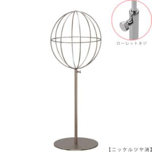●商品名:帽子スタンド 球体型-M ローレットネジ仕様 ●表面処理:ニッケルツヤ消し(NI-M)仕上 ●寸法:高さ450~560mm ●ヘッド部:ワイヤー製ラグビーボール型球体ヘッド ●ヘッド:上下可動式(伸縮式) ●材質:スチール ●特長:ワイヤーフレームの抜け感が、シンプルでおしゃれな空間を演出します。 ●生産国:日本(タヤ自社工場)