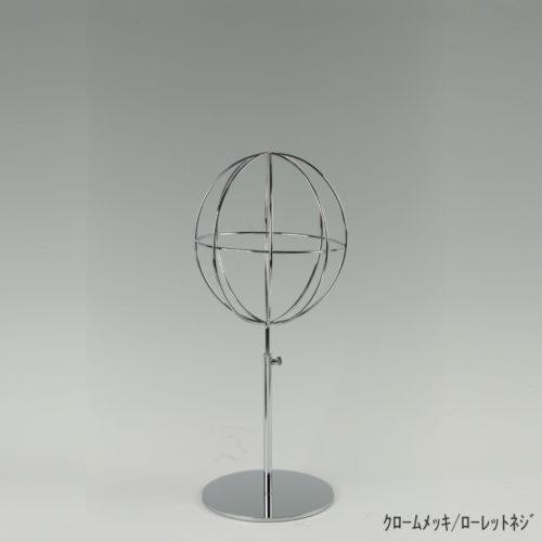 ●商品名:帽子スタンド 球体型-S ローレットネジ仕様 ●表面処理:クロームメッキ(CR)仕上 ●寸法:高さ395~485mm ●ヘッド部:ワイヤー製ラグビーボール型球体ヘッド ●ヘッド:上下可動式(伸縮式) ●材質:スチール ●特長:ワイヤーフレームの抜け感が、シンプルでおしゃれな空間を演出します。 ●生産国:日本(タヤ自社工場)