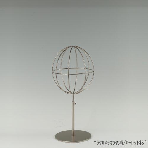 ●商品名:帽子スタンド 球体型-S ローレットネジ仕様 ●表面処理:ニッケルツヤ消(NI-M)仕上 ●寸法:高さ395~485mm ●ヘッド部:ワイヤー製ラグビーボール型球体ヘッド ●ヘッド:上下可動式(伸縮式) ●材質:スチール ●特長:ワイヤーフレームの抜け感が、シンプルでおしゃれな空間を演出します。 ●生産国:日本(タヤ自社工場)
