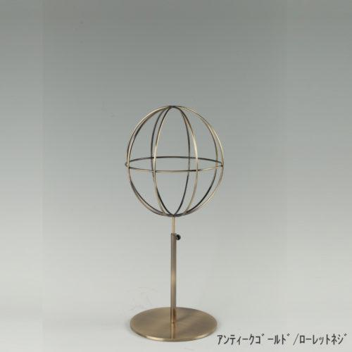 ●商品名:帽子スタンド 球体型-S ローレットネジ仕様 ●表面処理:アンティークゴールドメッキ(AG)仕上 ●寸法:高さ395~485mm ●ヘッド部:ワイヤー製ラグビーボール型球体ヘッド ●ヘッド:上下可動式(伸縮式) ●材質:スチール ●特長:ワイヤーフレームの抜け感が、シンプルでおしゃれな空間を演出します。 ●生産国:日本(タヤ自社工場)