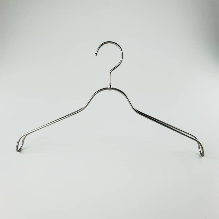 横幅:380mm 肩の厚み:30mm 形状:平型 フック:回転式 線径:4φ 色:ホワイトニッケル 本数:2本