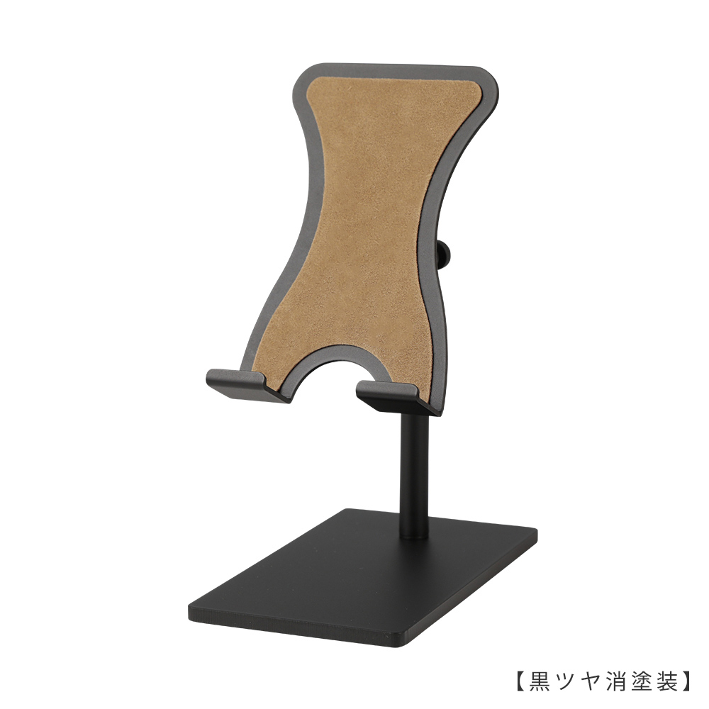 ●商品名:スマホスタンド 小 ●型番:SPS-01-SS-MO10-BK-M ●表面処理:黒ツヤ消塗装 ●素材:鉄  ●特長:素材である鉄の特徴を活かし、「スタイリッシュ」「省スペース」「機能性」を兼ね備えたデザインを目指し設計。ベース(鉄板の台座)には必要最低限の面積と重量を持たせ安定感を確保。スマートフォンを置いたり取ったりする際にスタンドごとスマートフォンを持ちあげてしまわないよう、ヘッド部天板両サイドには緩やかな曲線のクボミをつけ指がかかりにくくなるよう配慮したデザイン。  ベースの裏面とスマートフォンが接する天板部分にはそれぞれ形状に合わせたフェルトのシートが貼られ、デスクやスマートフォンに傷がつきにくい仕様。  ヘッド部は「角度」「高さ」の調整が可能、「回転」させることもできます。スマートフォンスタンドを使用する目的に合わせ、お好みの「角度」や「高さ」「向き」に調整し快適なスマートフォンタイムをお楽しみください。  また、ケーブルをスマホに差したままスタンドが使用できる仕様となっていますので充電しながらのご使用、ヘッドホンを使用しながらのご使用も可能です。   ●ヘッド上下調節・向きの調整: ローレットネジを締めることにより固定します(指でネジを回せる仕様です)。 ●ヘッド角度調整: 力で角度調整ができるようになっています。お好みの力で角度が変わるように調整する際には同梱の六角レンチを使用してお好みの硬さに調整してください。   ●日本製 ●重量:約447g