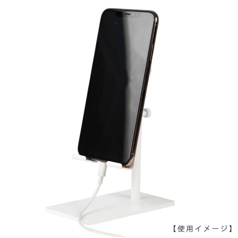 ●スマートフォン使用時のイメージ画像  ケーブルをスマホに差したままスタンドが使用できる仕様となっていますので充電しながらのご使用、ヘッドホンを使用しながらのご使用も可能です。