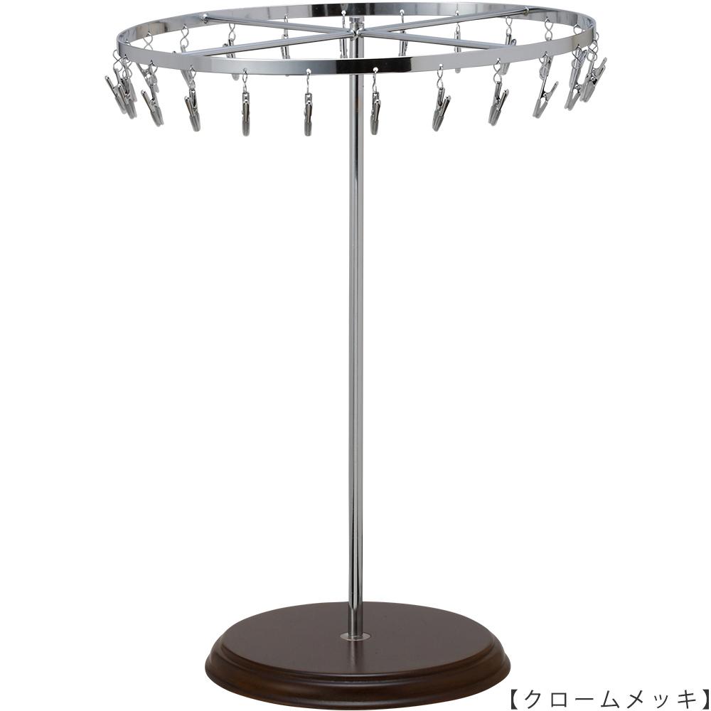 ●商品名:チーフ・ハンカチスタンド回転式 Lサイズ 木製ベース仕様  ●表面処理:クロームメッキ(CR)仕上 ●寸法:高さ420mm 上部回転リング直径300mm  ●上部回転式リング:クリップ24個付   ●材質:スチール・ ●特長:長さのある小物も吊り下げることができるように、高さを付けました。小物を吊るす円形部分は、見やすいように回転させることが可能です。 クリップの先端には塩ビのキャップを装着し、展示商品を傷つけにくい仕上がりになっています。さらに、木製のベースを組み合わせることで、落ち着きのある存在感と高級感を演出できます。 ●生産国:日本(タヤ自社工場)