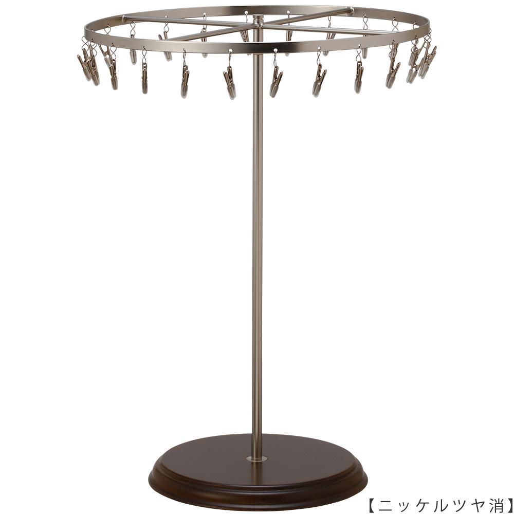 ●商品名:チーフ・ハンカチスタンド回転式 Lサイズ 木製ベース仕様  ●表面処理:ニッケルツヤ消(NI-M)仕上 ●寸法:高さ420mm 上部回転リング直径300mm  ●上部回転式リング:クリップ24個付   ●材質:スチール・ ●特長:長さのある小物も吊り下げることができるように、高さを付けました。小物を吊るす円形部分は、見やすいように回転させることが可能です。 クリップの先端には塩ビのキャップを装着し、展示商品を傷つけにくい仕上がりになっています。さらに、木製のベースを組み合わせることで、落ち着きのある存在感と高級感を演出できます。 ●生産国:日本(タヤ自社工場)